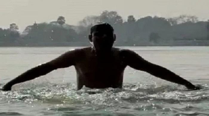 কনকনে-শীতে-২০২১টি-ডুব-দিয়ে-যুবক-বললো-'শুভ-নববর্ষ'