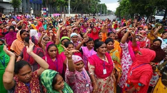 গাজীপুরে-মহাসড়ক-অবরোধ-করে-পোশাক-শ্রমিকদের-বিক্ষোভ