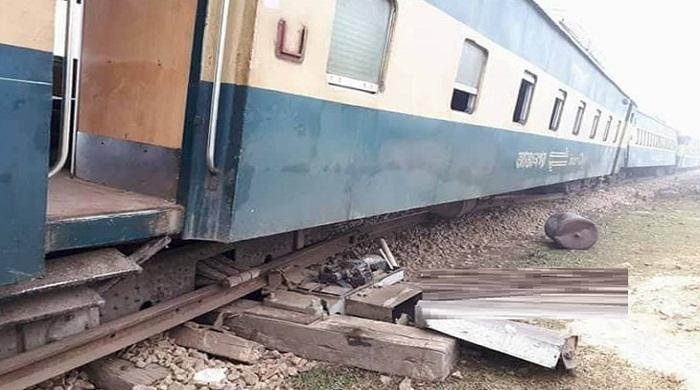 ট্রেন-লাইনচ্যুত,-ঢাকার-সঙ্গে-উত্তরবঙ্গের-রেল-যোগাযোগ-বন্ধ