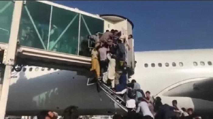 বিমানে-উঠতে-আফগানদের-হুড়োহুড়ি